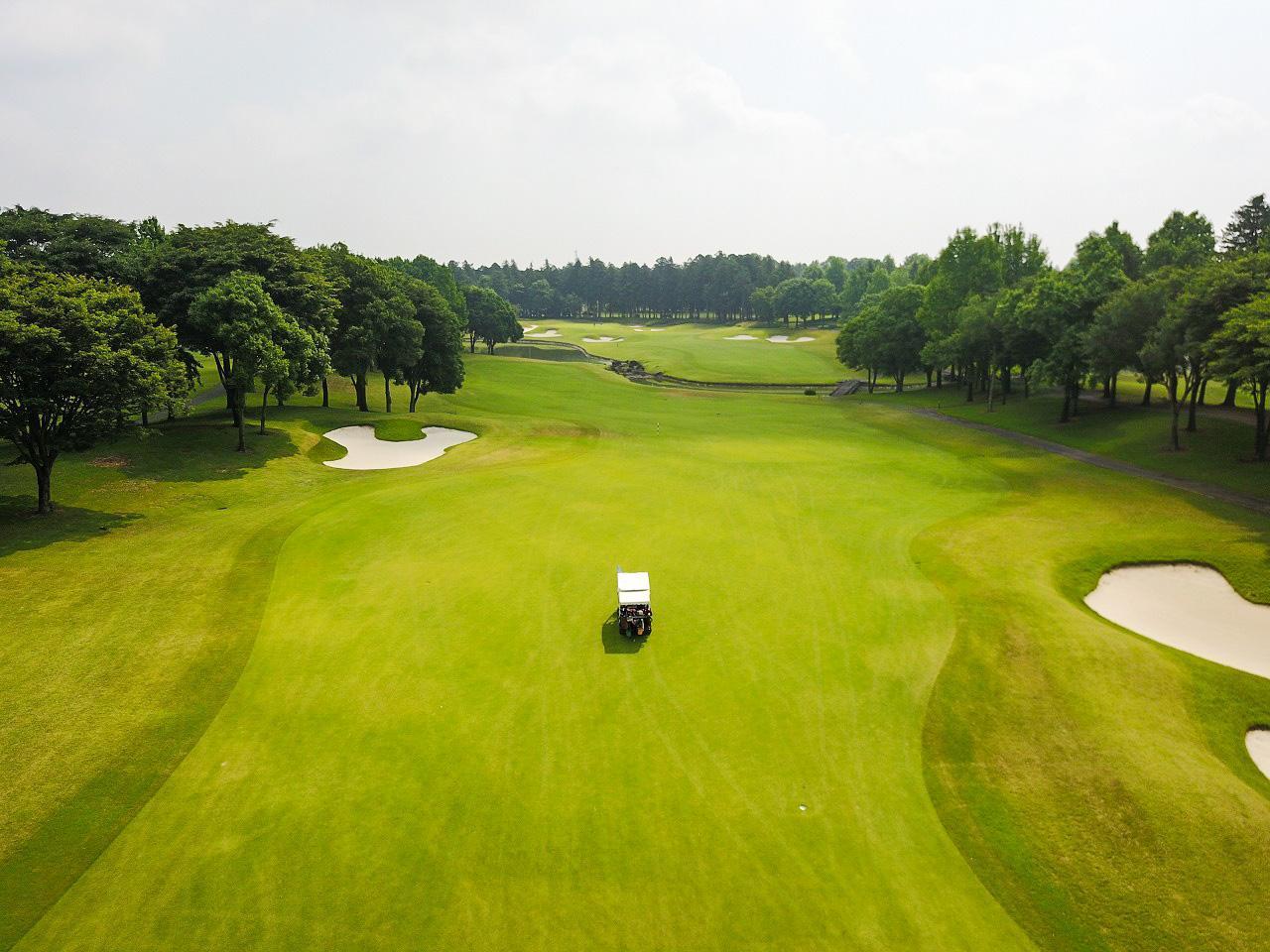 画像: 写真でゴルフカートが走っている場所がフェアウェイ。ティショットではフェアウェイキープが大切だ