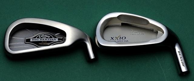 画像: (左)キャロウェイ「X-12」(1998年発売)短いネックですべてに低重心と高慣性モーメントを追求。(右)ダンロップ「ゼクシオ・ツアースペシャル」(2000年発売)慣性モーメントが大きく反発性能にも優れ、飛んで曲がらないのが特徴