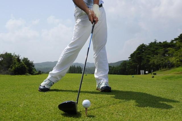 画像: スウィングの軸になるのは「背骨」ではなく「両脚」