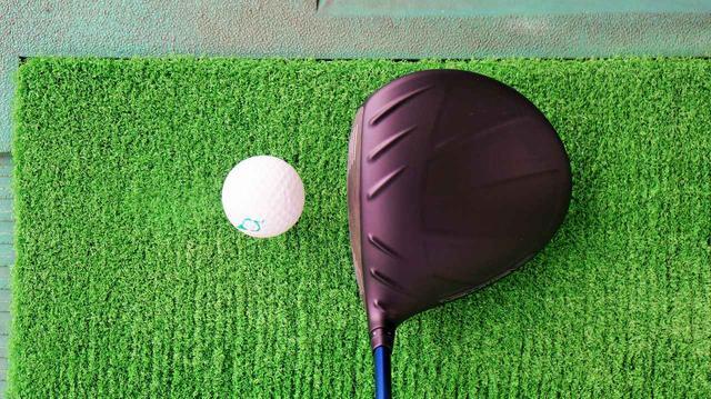 画像: フェース面の模様が構えたときに球の方向性を出しやすくする