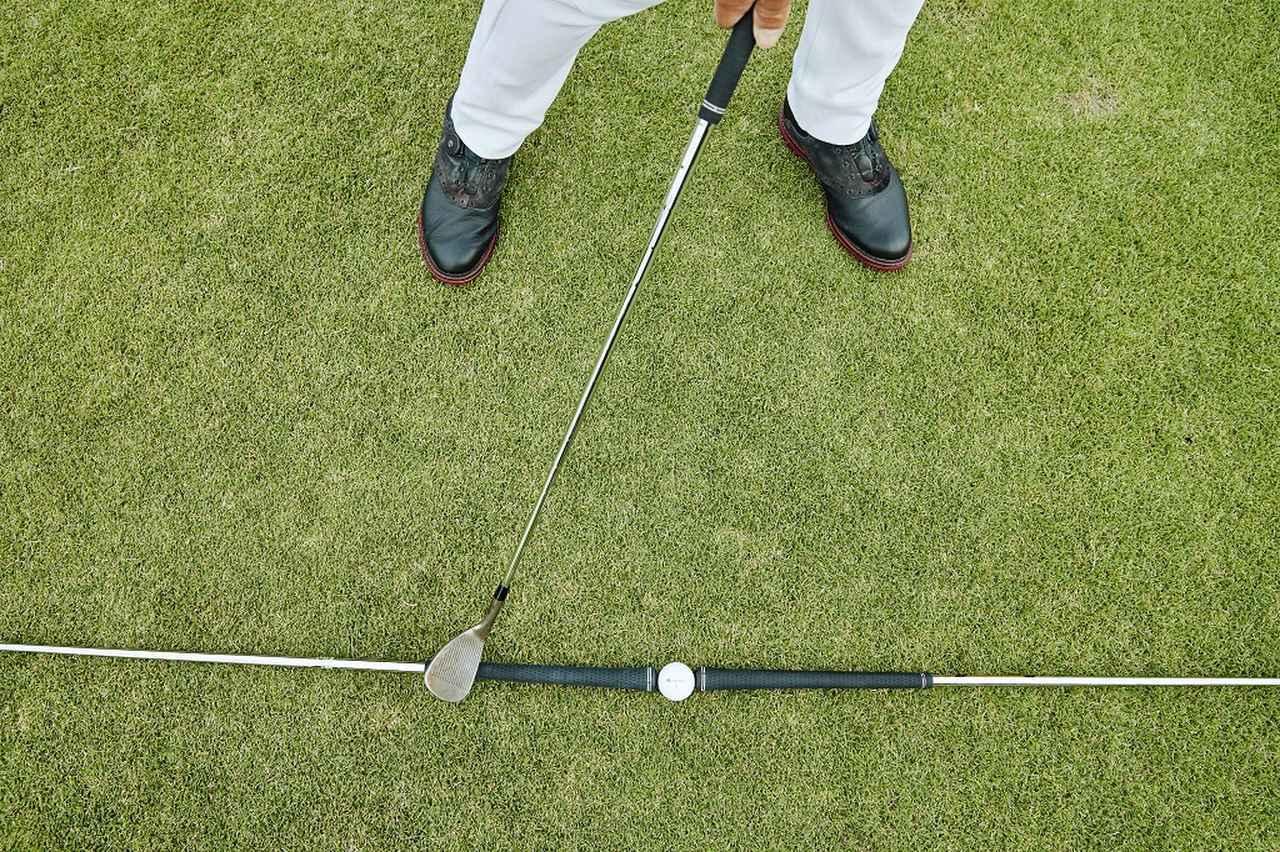 画像: 手の動きを抑えて体の回転でスウィングし、スタンス幅くらいの間をヘッドが真っすぐ動くイメージ。ただし、その間もフェースは若干開閉して動くことが大事。