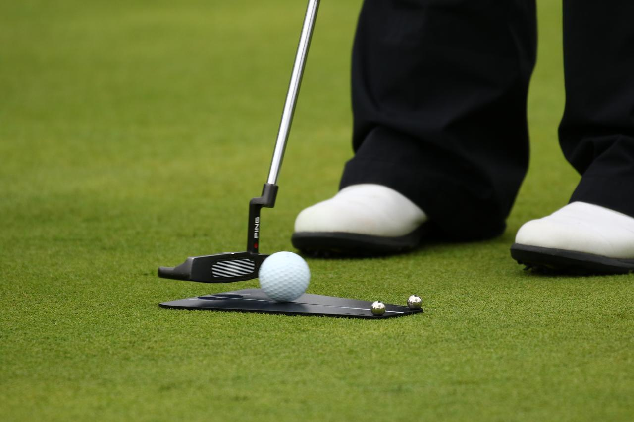 画像: 2メートルを入れるには「20センチ」が命です。世界のプロの練習器具【パッティング編】 - みんなのゴルフダイジェスト