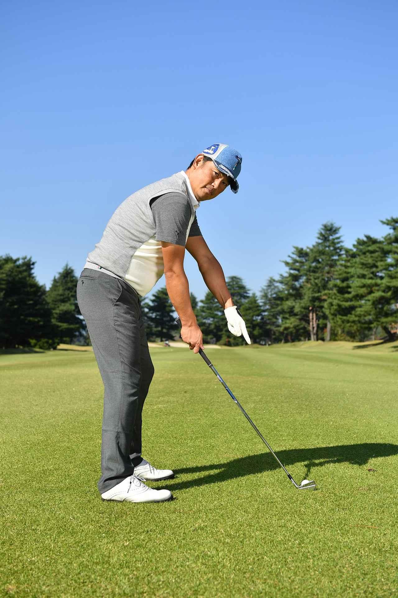 画像: 前傾角度を維持しようと意識しすぎるとスウィングが窮屈になるので、目とボールの距離を意識しよう