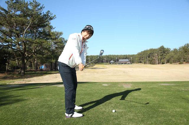 画像: フェースの芯にしっかり当てる! 成田美寿々の大きめワッグル - みんなのゴルフダイジェスト