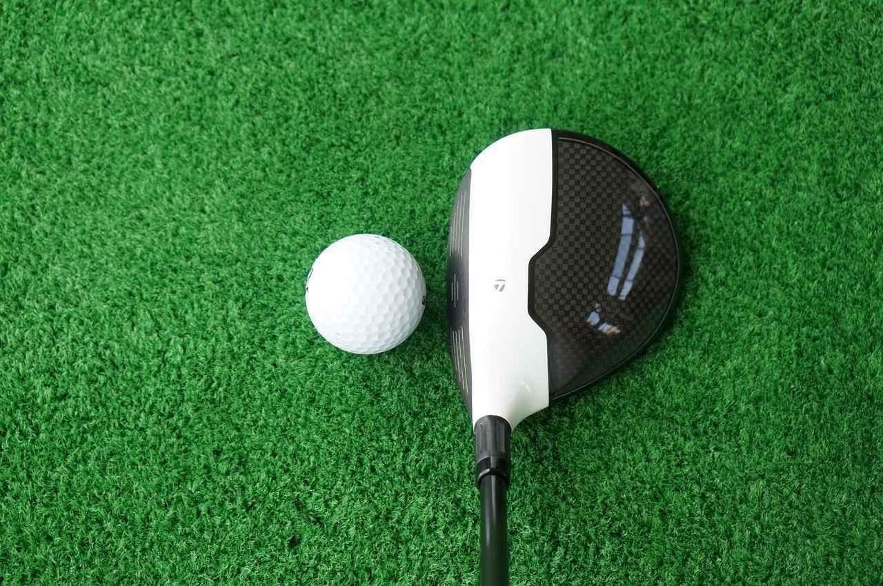 画像: 単純に「ポンッ」と置くだけでもボールにスクェアに構えることができるデザイン