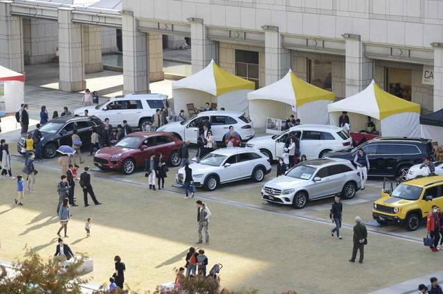画像: 話題のモデルや気になる車種を選んで比較することができる(写真は2016年の同イベントの模様。以下同)