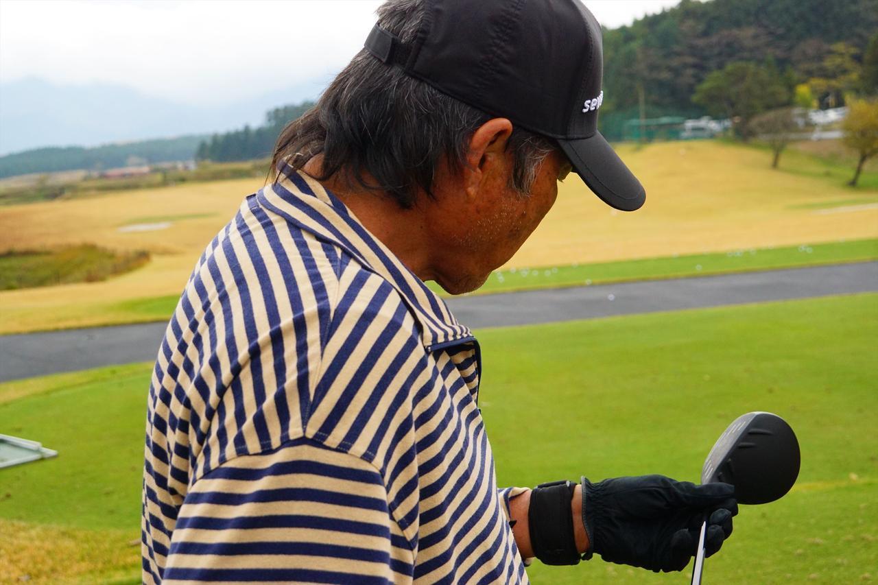画像: 永野竜太郎の3Wを手に取り観察する尾崎将司