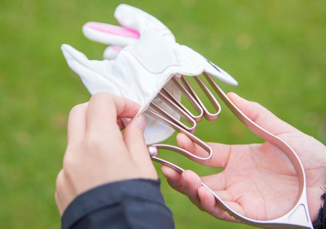 画像: 指の部分は小さくなるので、おさえながらグローブをはめて……