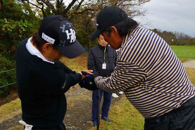 画像: 右手の使い方を藤本佳則の手を取って指導するジャンボ尾崎