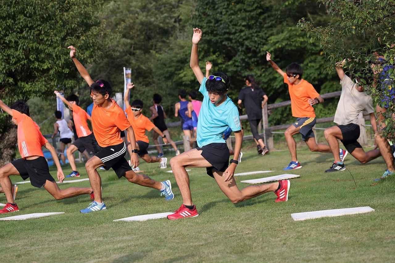 画像: 青学では、青トレと呼ばれる独自の準備運動をしている