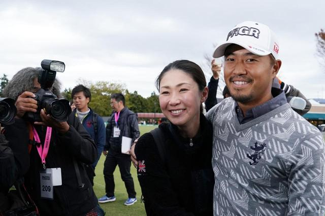 画像: 優勝を見届けた妻・美保さんもこの笑顔