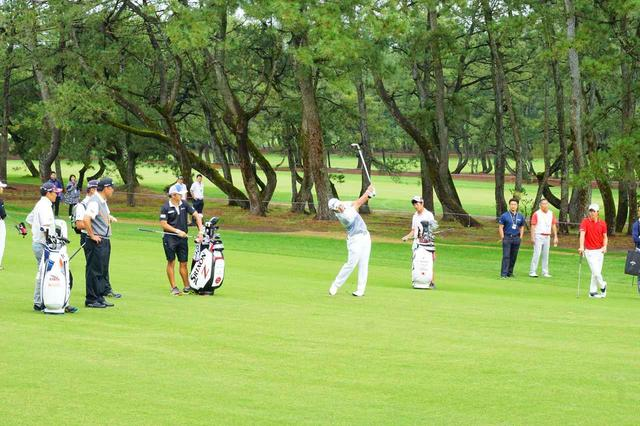画像: 松山英樹はピンを狙うショットで飛び方や止まり方を確認する実戦的にラウンドを重ねた(写真真ん中)