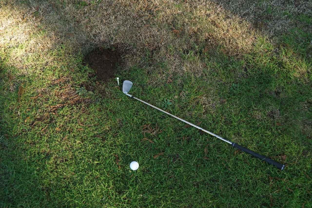 画像2: モグラの掘り跡にナイスオン! これ一体どうすればいいの?【ゴルフルールクイズ】