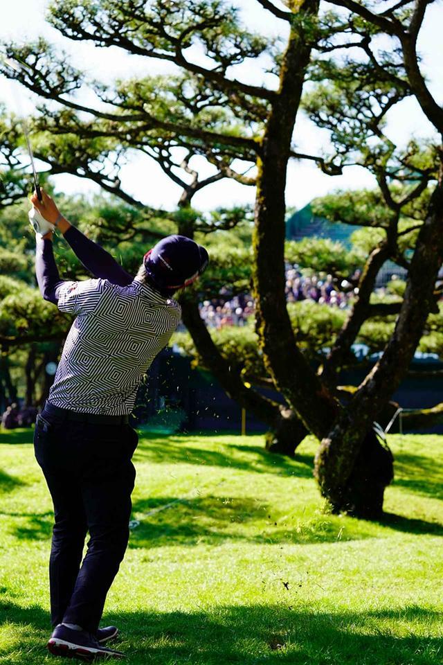 """画像: 目の前にあるボールが""""オン""""した木を、見事にロブショットでクリア。ピンに寄せてギャラリーを沸かせた"""