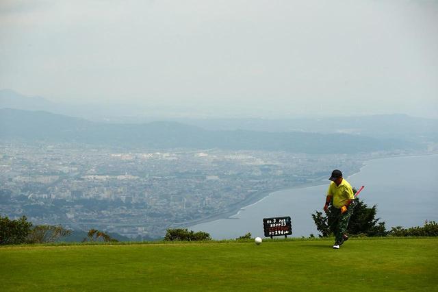 画像: 3番ホールからの景色。湘南の町を一望できる