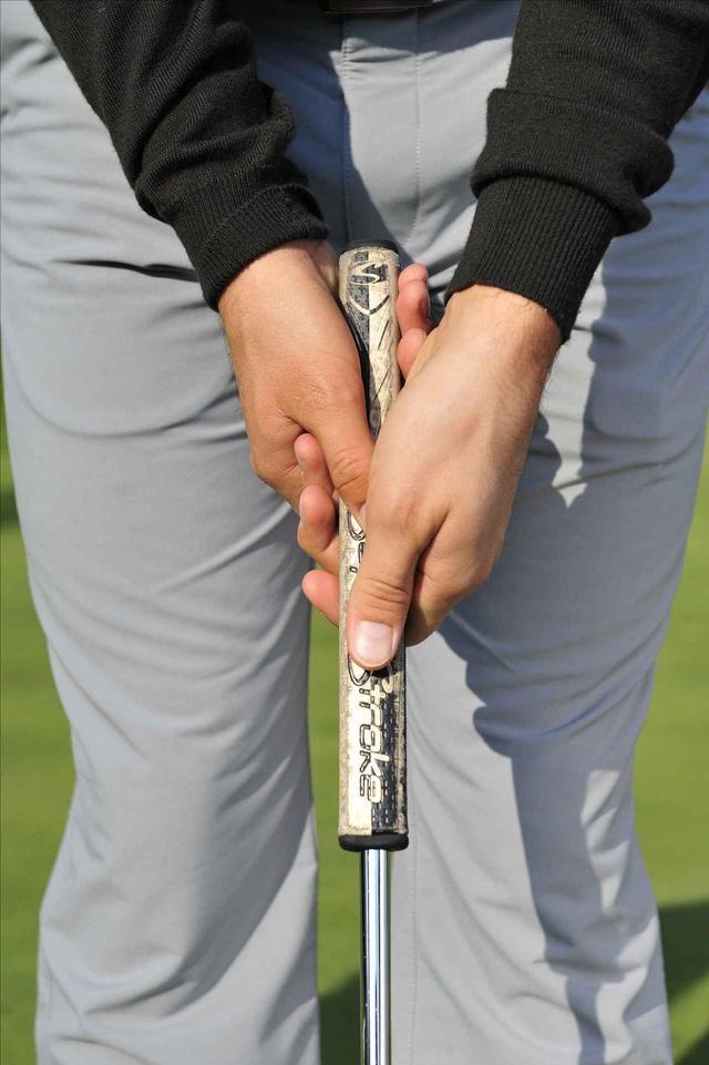 画像: 左手が舵の役目。右手で距離感を調節
