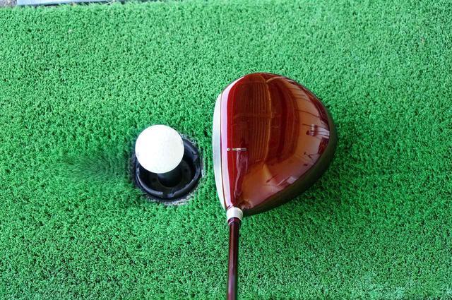 画像: 顔はおにぎり型。赤いクラウンだと芝の緑上では集中力を得られる