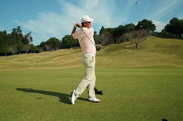 """画像: フェアウェイウッドはフィニッシュまで""""1回""""で振り切ろう【シニアプロの一言レッスン】 - みんなのゴルフダイジェスト"""