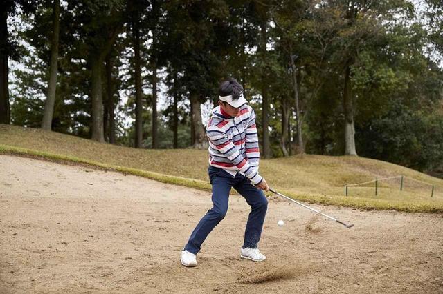 画像: アイアンとバンカーは打ち方が逆!? 中級者こそ「手打ち」でナイスアウトしよう【週刊ゴルフダイジェスト注目記事】 - みんなのゴルフダイジェスト