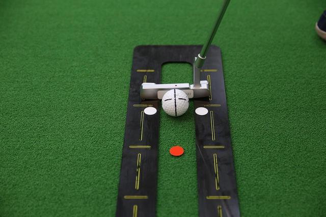 画像: 目標の線と直角になるようにボールに線を入れる