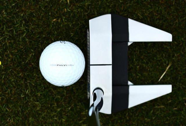 画像: ボールのサイドのロゴもターゲットにセットすることを念頭にプリントされている