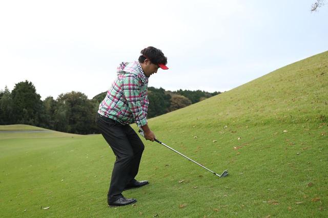 画像: つま先上がりからひざを曲げ、手元を落として構えるのは不正解だ