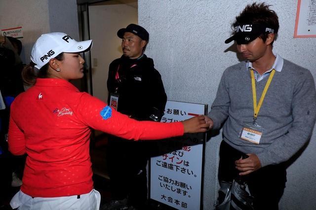 画像: 最終戦のリコーカップでウィニングボールを受取る浦山康雄さん(写真右)