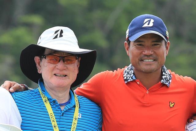画像: 師匠でもある父・優さんと賞金王の喜びを分かち合った(2017年日本プロゴルフ選手権)