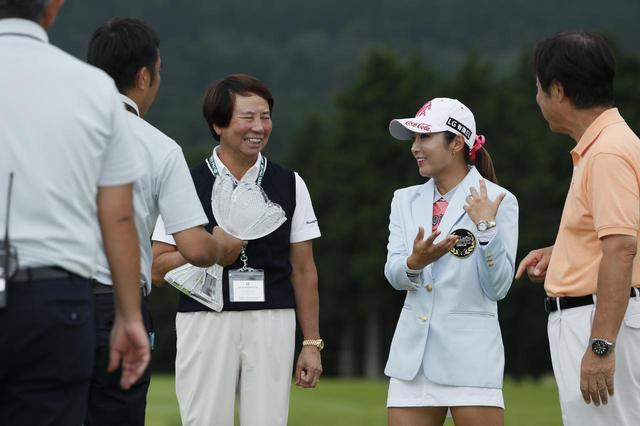画像: CATレディース表彰式にて。樋口久子LPGA相談役もボミの勝利にこの笑顔! 2017年の女子ツアーの中でも、印象に残る勝利のひとつだ