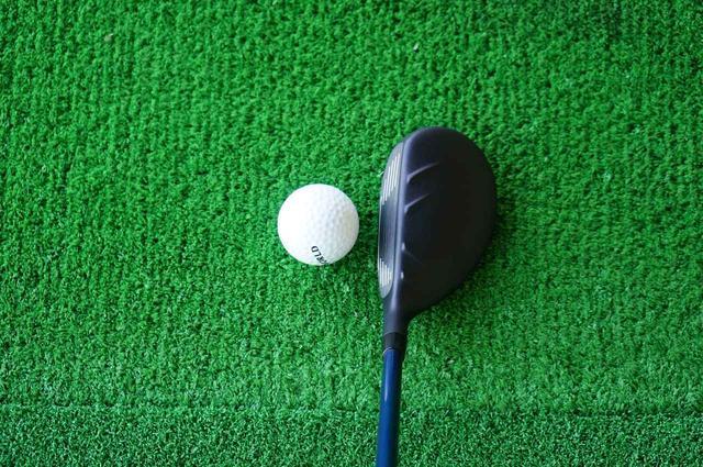 画像: クラウンの「V字」の装飾がボールに対してスクェアに構えやすくしてくれる