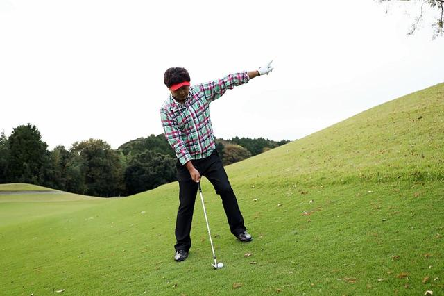 画像: 左足上がりでは傾斜なりに立ち、傾斜に沿って飛んでいく球をイメージして打とう