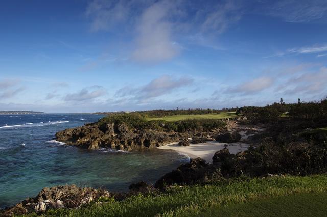 画像: 海越えのティショットを放つ名物ホール(16番)。対岸までは110ヤードだが海風がプレッシャーとなる
