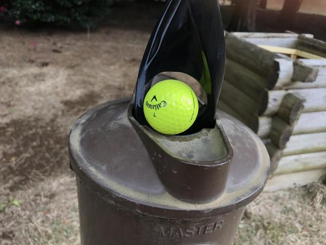 画像: ちょうどボールが入るくらいの穴が!