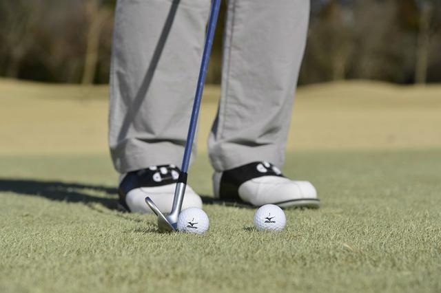 画像: つま先基準はミスの元。距離が合うボール位置は「両足かかとの真ん中!」