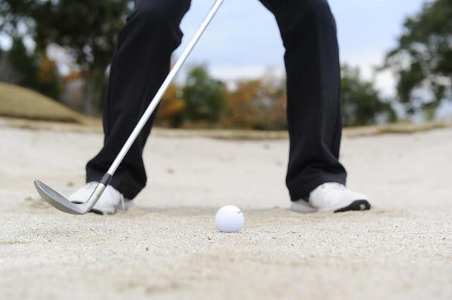 画像: 横から砂を飛ばしてナイスショット!