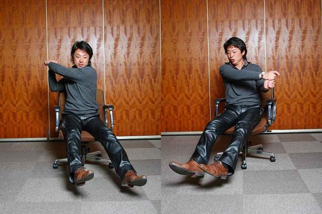 画像: オフィスなどにある回転椅子に足を浮かせた状態で腰かけてスウィングしてみよう。インパクトの瞬間、座面はスウィングの回転方向と逆回転を起こすはず。この感覚が「ツイスト」だ
