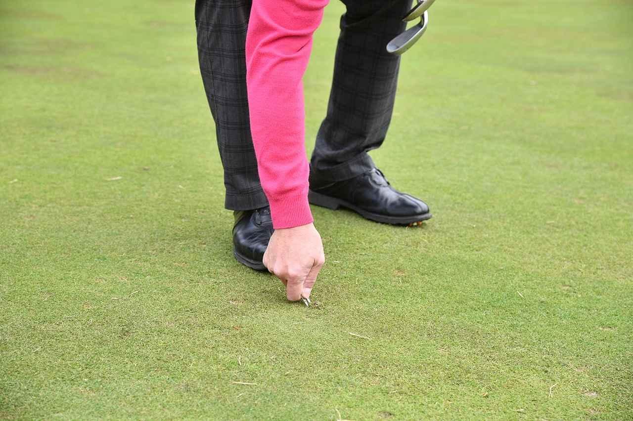 画像: ボールマークを直すときは地面の硬さをもっともチェックしやすい