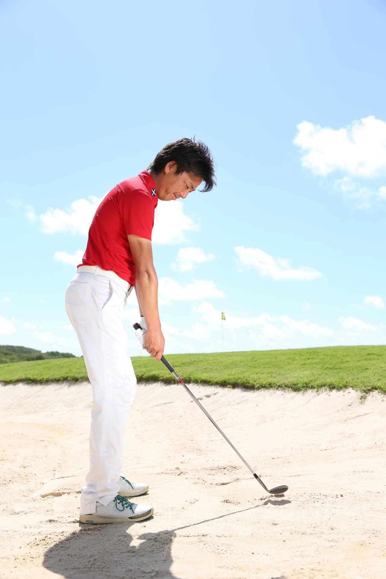 画像: 手元の位置を高くし、ひざを曲げずに構えると、ダフリの度合いが弱くなって飛ばせる。