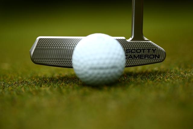 画像: ボールの表面上にある無数のディンプル(くぼみ)には角がある。2メートルの距離をロボットを使って実験したところ、角に当たることによって10球に2~3球の割合で打ち出し角がバラつくことがわかった