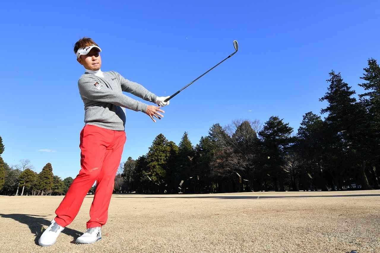 画像: 「打った後に右手を離してみて! 低く長く出す感じがわかりますよ」(塚田)