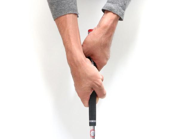 画像: 手首の動きは限定的で左右のバランスがとりやすい「ベースボールグリップ」