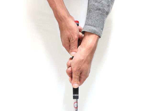 画像: インパクトで手首が折れにくい「クロスハンドグリップ」