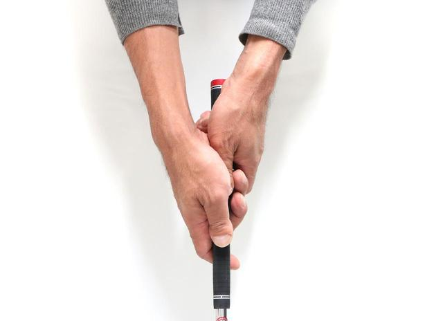 画像: 左手の人差し指を右手に重ねる「逆オーバーラッピング」
