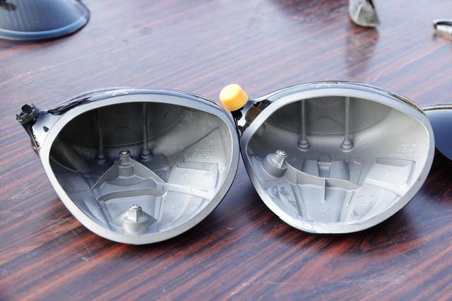 画像: ローグ「サブゼロ」(写真左)と「スター」(写真右)。どちらにも反発性能を高めるフェース後方の二本の柱(ジェイルブレイクテクノロジー)が搭載されているが、内部のウェート配置は大きく異なる