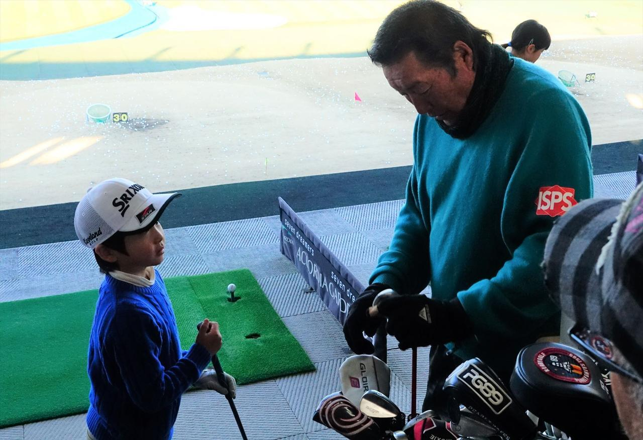 画像: 小学生ゴルファーには細かいことは言わず、のびのびと指導