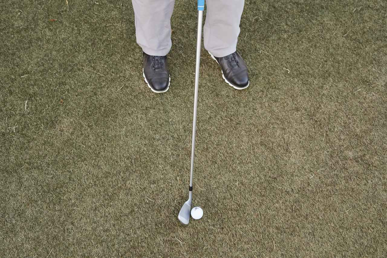 画像: 右足のつま先を少し内側に向け、ターゲットラインと直角くらいにして構えると、バックスウィングがゆるみにくい