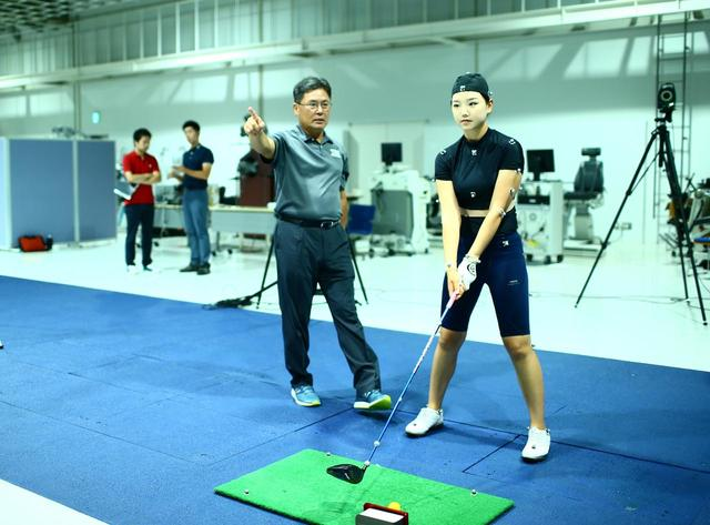 画像: テキサス女子大のヤン・フー・クォン教授(写真左)はバイオメカニクスが専門で、教え子にはタイガー・ウッズの前コーチ、クリス・コモらがいる