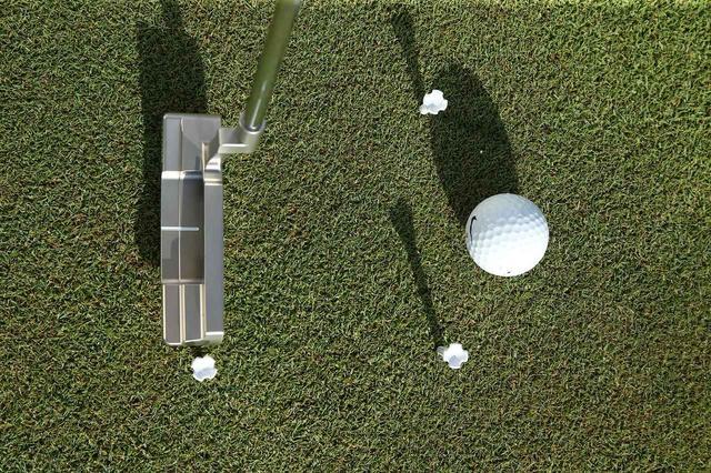 画像: 「フェース面をボールに向けたまま、真っすぐ真後ろにヘッドを引きます」