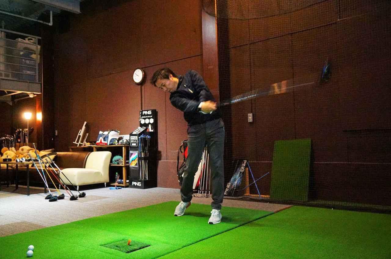 画像: テスターは新小岩にあるPGST(パフォーマンス・ゴルフ・スタジオ)の堀口宜篤プロ。計測器フライトスコープを使って弾道データを取りつつ、フィーリングも加味して解説してもらった