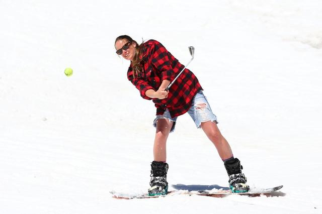 画像: スキーを履いてゴルフ……なんてことにならないように、ゴルフ場スタッフは努力する